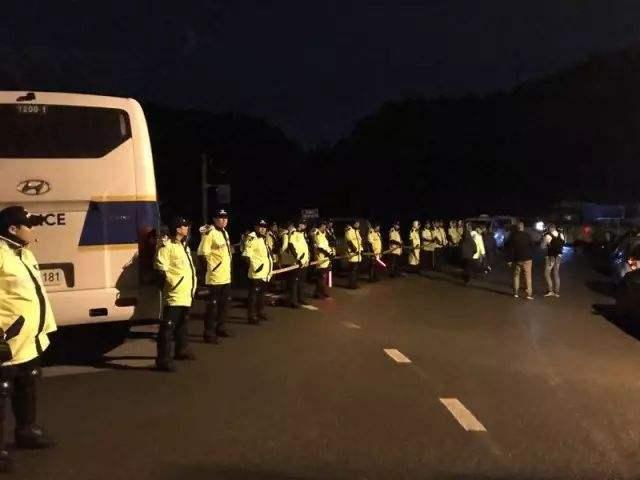 悲壮!现场实拍韩国民众彻夜阻拦萨德部署,对抗八千警察!