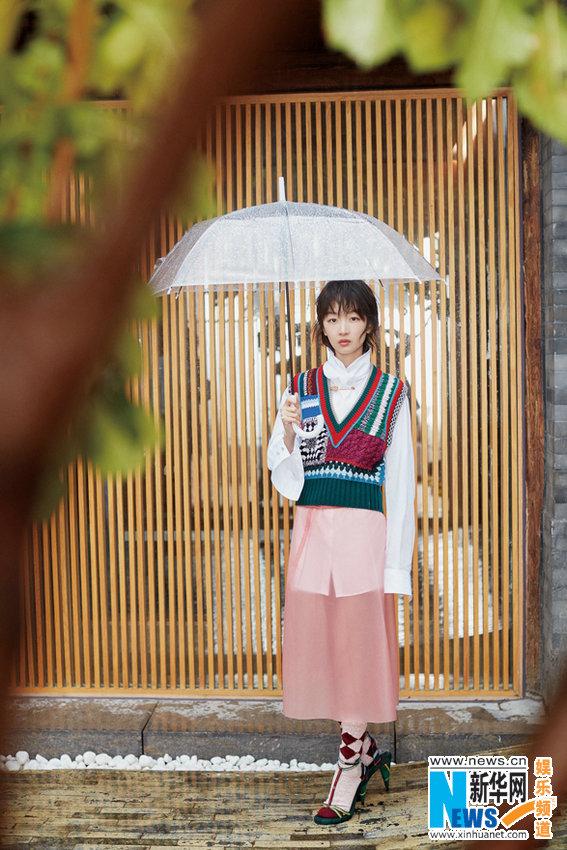 周冬雨登杂志银十封面 时装混搭新高度