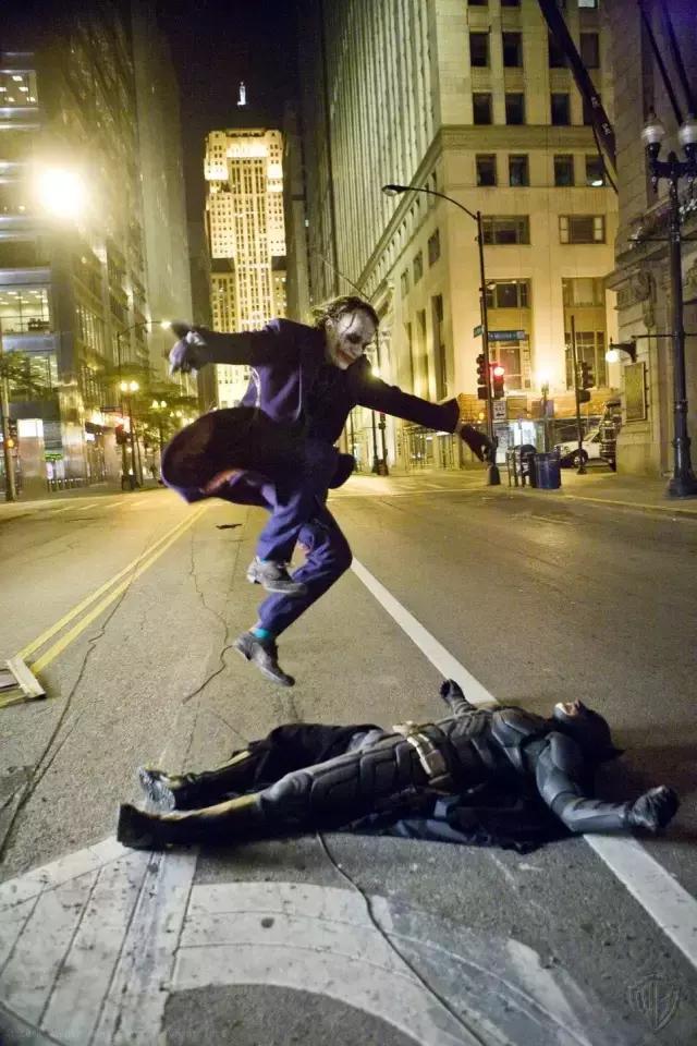 回顾电影《蝙蝠侠:黑暗骑士》:永远的小丑,永远的希斯·莱杰