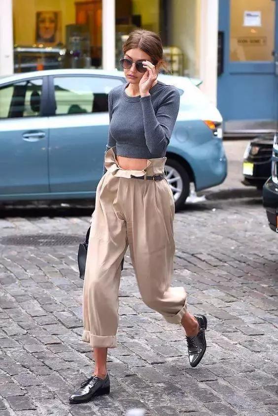 差距的裤装理当搭配奈何样的上衣?