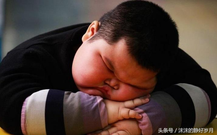 孩子睡眠不足易变胖子,太胖影响健康,妈妈们都要看看