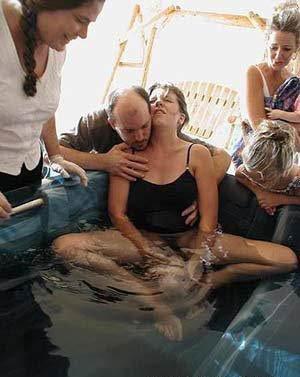 妈妈在水中生宝宝了,美国妈妈水中分娩实拍图片