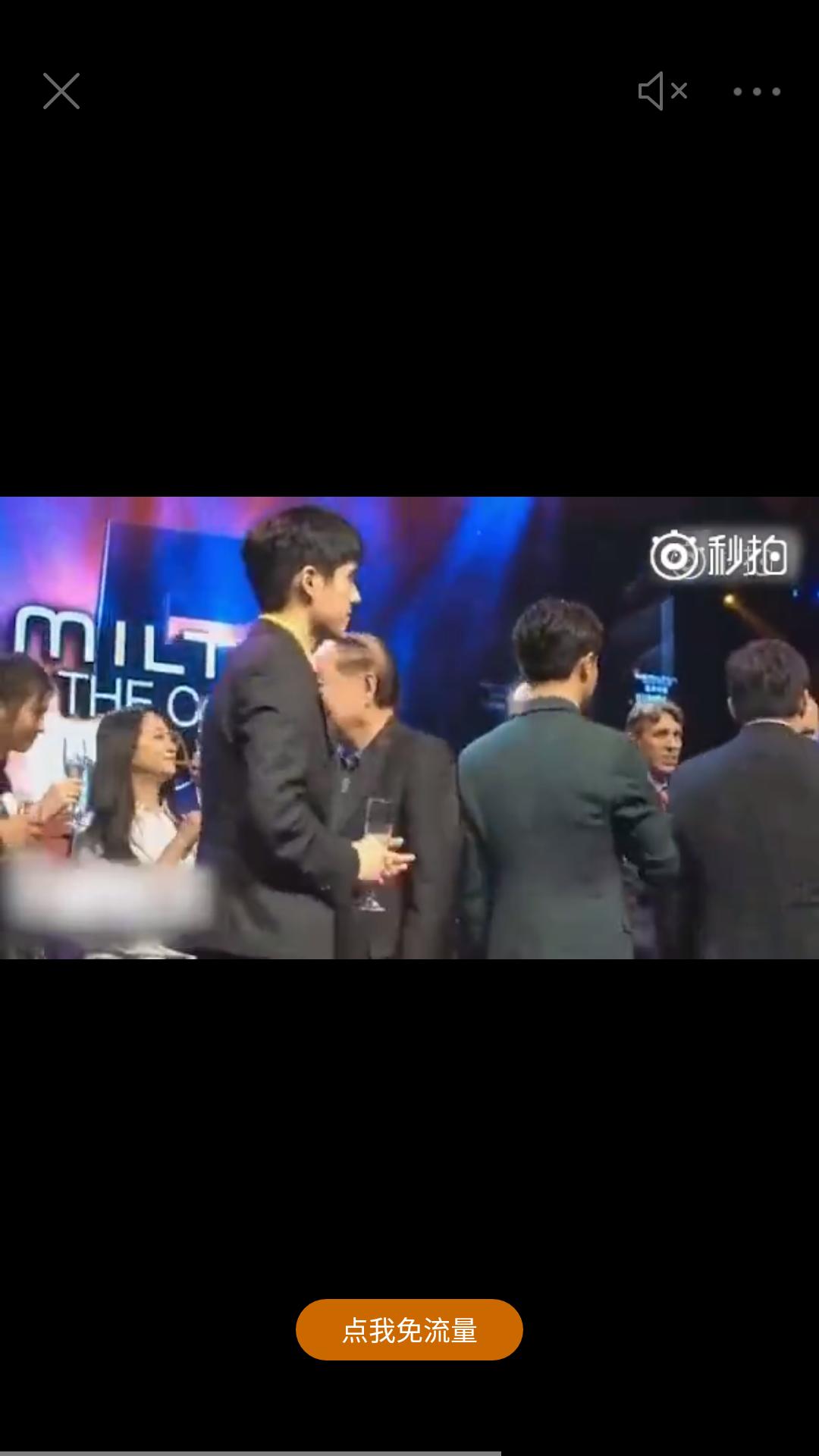 刘昊然和黄轩某活动上碰杯后仰头一口闷,网友:这孩子太诚实了!