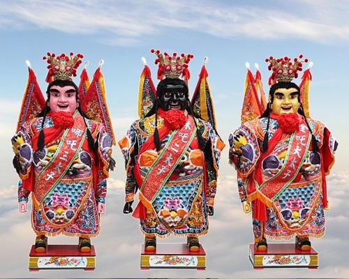 戴墨镜、拿玩具、骑机车,溜滑板,台湾最平易近人的神明