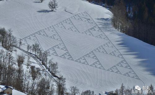 60岁老学霸用脚画出巨大神秘数学图形,堪称雪山版「麦田怪圈」
