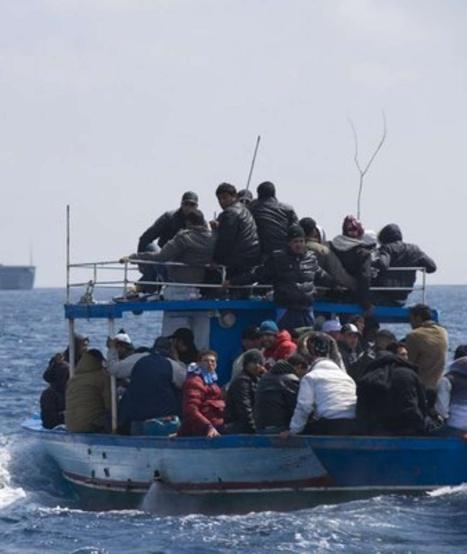 地中海再现难民沉船事故 意大利海军救起1000多人