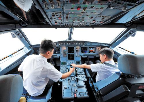 25名小朋友黄花国际机场探秘 体验模拟驾驶