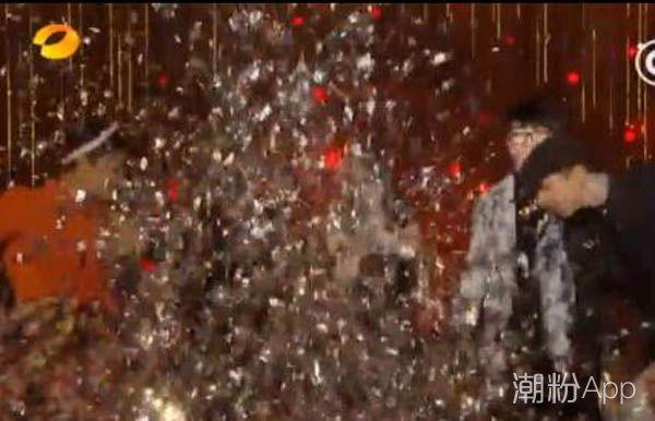 """《歌手2018》总决赛,张韶涵尴尬搭档毛不易演""""变装秀""""!"""