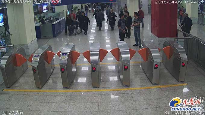 """乘客地铁上突发胃出血 南京民警用轮椅""""飙车""""紧急送医"""