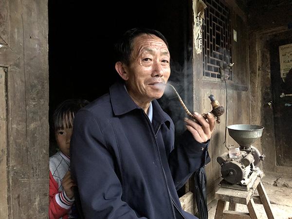 """守护苗寨的代课老师:村民搬迁了,22年的""""天路""""再不用走"""