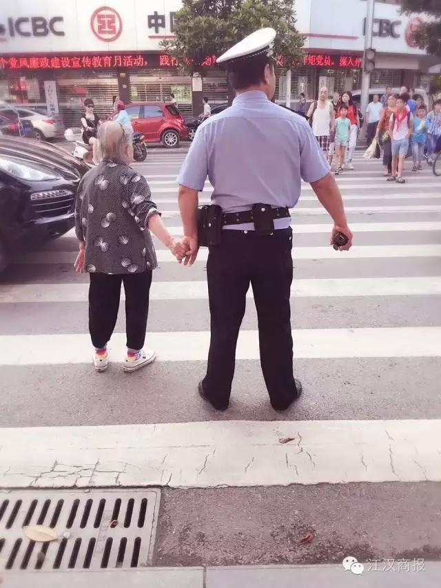 老人与警察牵手照刷爆荆州微信朋友圈 点赞声一片