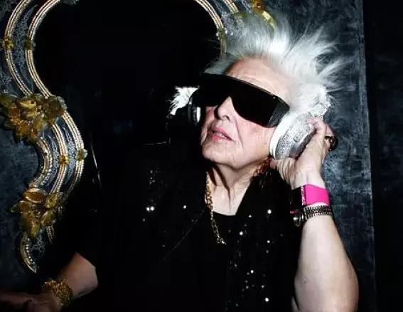 在老伴过世后,68岁的她决定成为世界上最年长的电音DJ