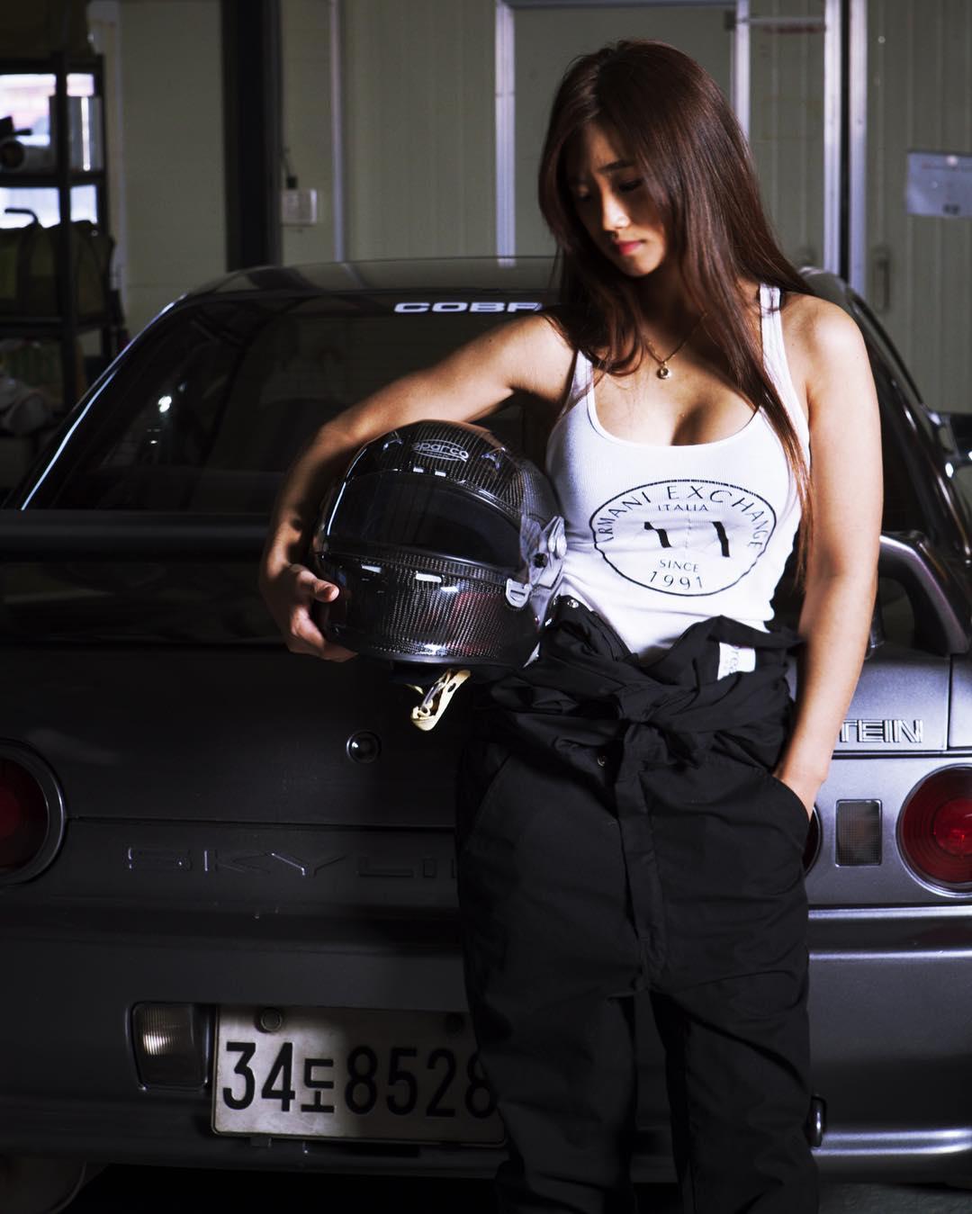 身型受欢迎的日本漂亮美女明星,本来能靠长相,却偏要靠驾驶技术