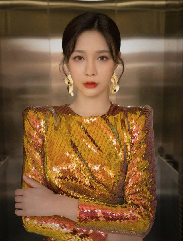 沈梦辰女王风格霸气满满,樱桃发夹甜蜜暴击,越来越有时尚的味道