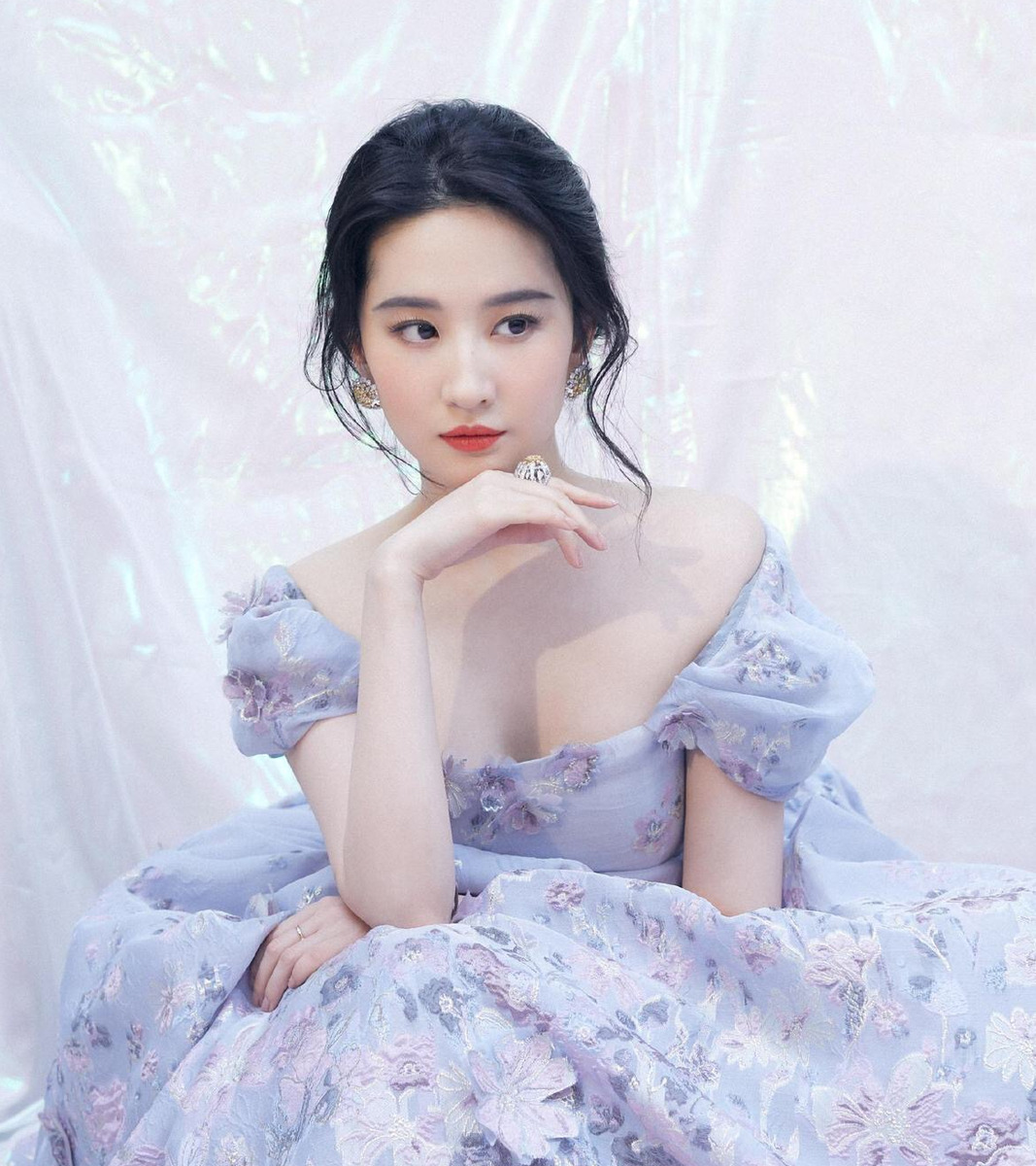 """刘亦菲最美""""女汉子照""""曝光?柳岩获金鸡奖获奖提名?"""