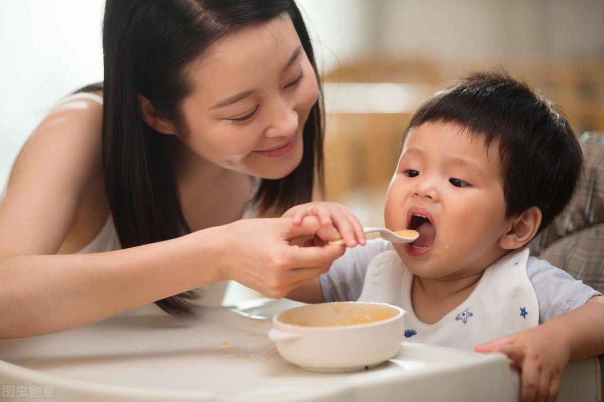 寶寶吃飯「掉」得到處都是,奶奶買來2隻小雞,網友:太配了