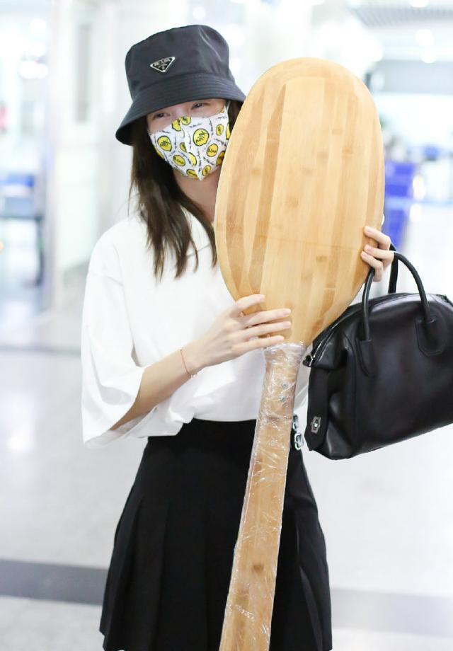 名门泽佳:金晨亮相机场笑不停!获粉丝送无敌大勺画面效果欢乐多