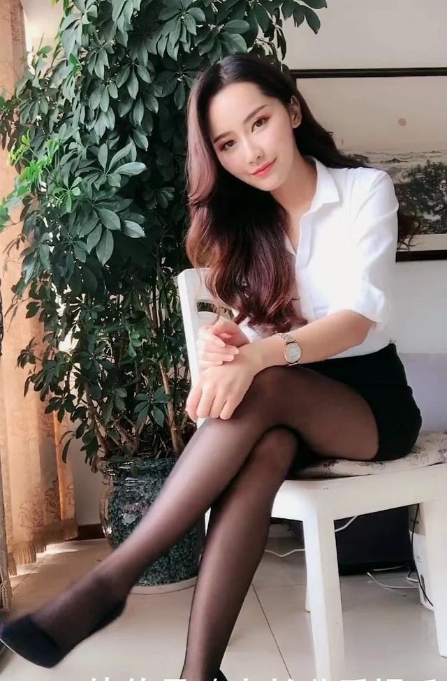 御姐美女穿上OL制服黑丝袜性感迷人
