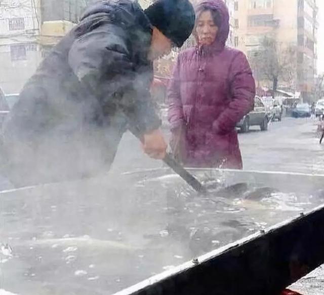 """零下20度的东北菜市场,小贩还能卖活鱼?网友:不得不""""服"""""""
