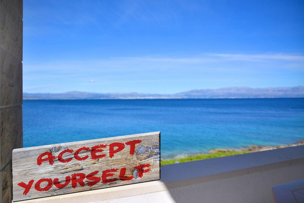 你是否经常自我批评?警惕自我厌弃模式,学会爱上不完美的自己