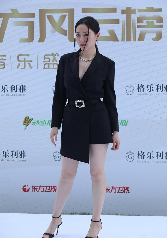 张靓颖一身黑西装太抢镜,时尚搭配很高级,让人不敢接近