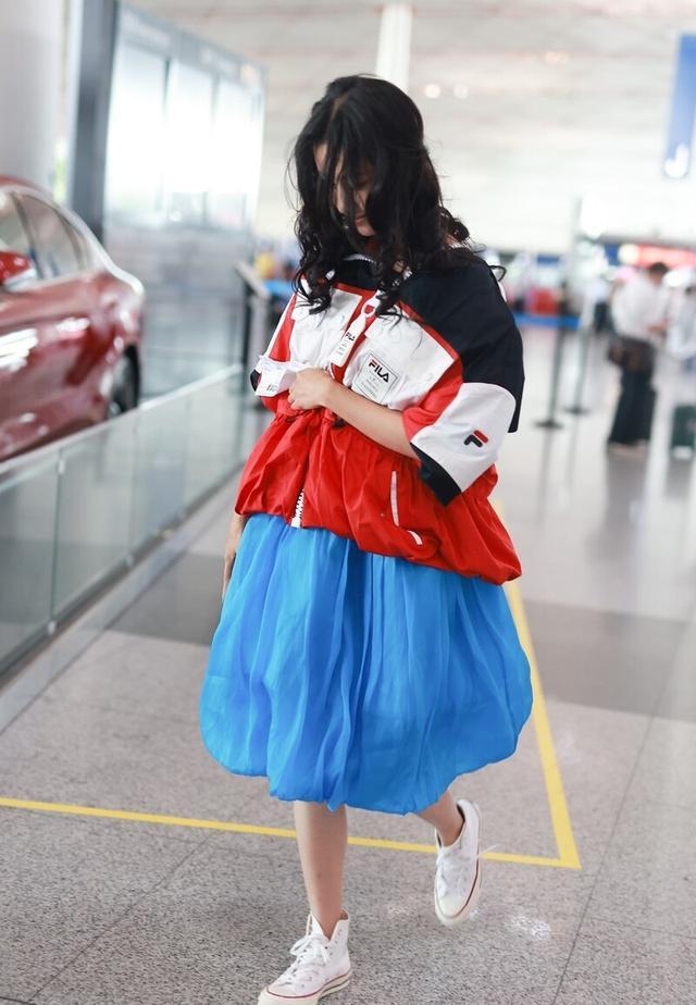 陈都灵运动夹克穿出新鲜感,搭配蓝色蓬蓬裙,宛如迪士尼公主出逃