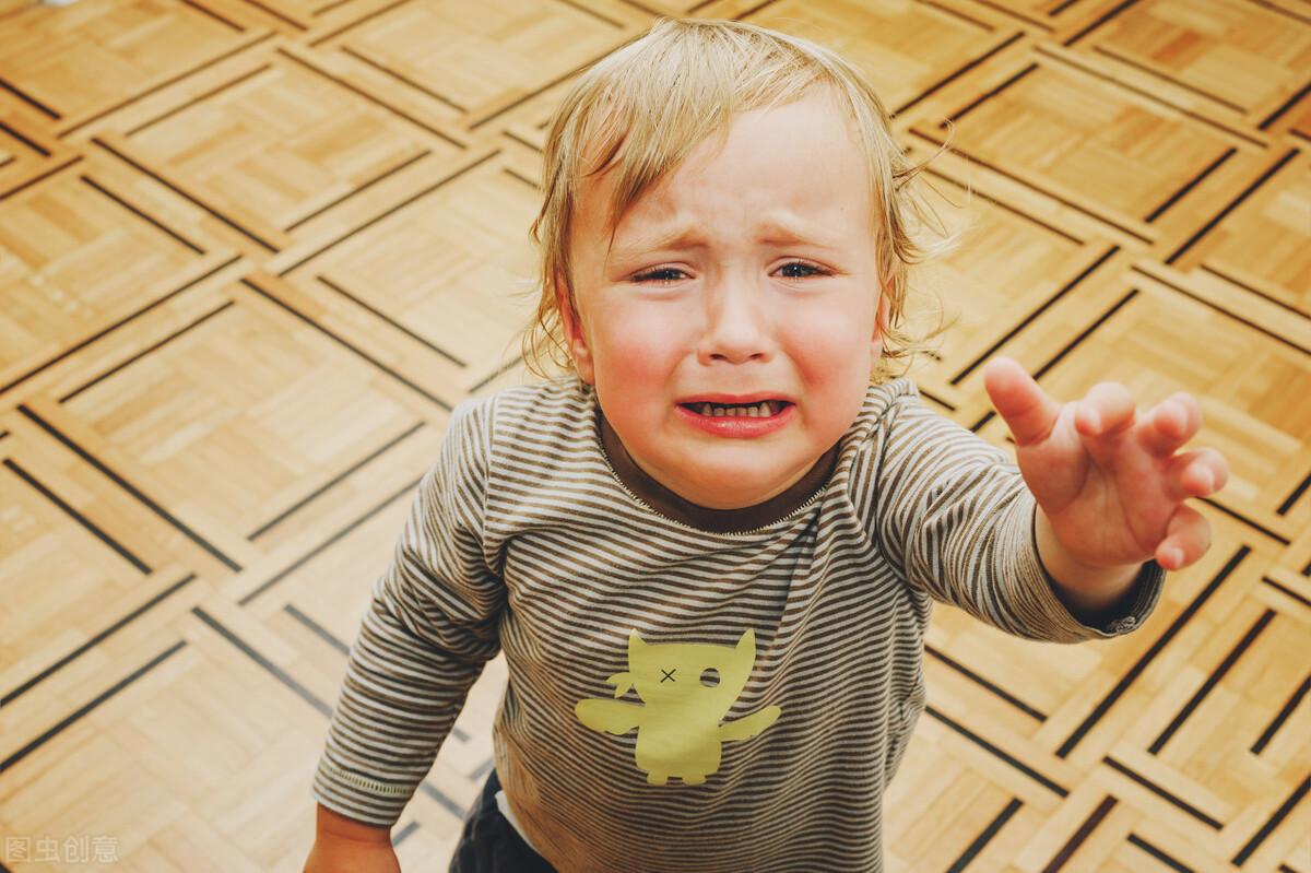 躺在地上发脾气的小男孩,该不该抱起来哄