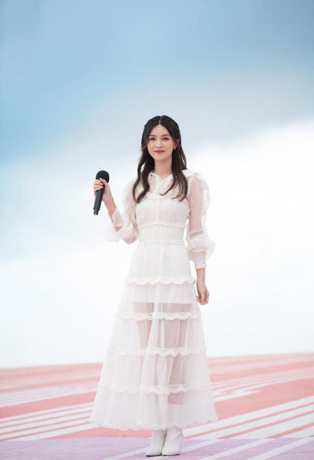 文咏珊全新造型别致优雅!一袭白色透纱长裙效果又甜又仙