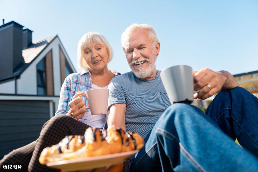 """65岁以上老人,养老金涨多少多?有特殊津贴,涨的可不止""""多一点"""""""