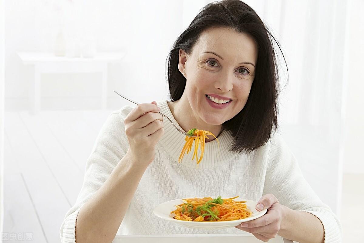 """除了熬夜之外,这三类食物,也会""""偷走""""胶原蛋白,劝你谨慎食用"""