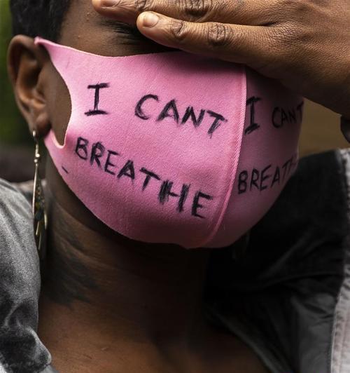 """美国凶恶警官再被控,无端电击黑人男子,黑人高喊""""我无法呼吸"""""""