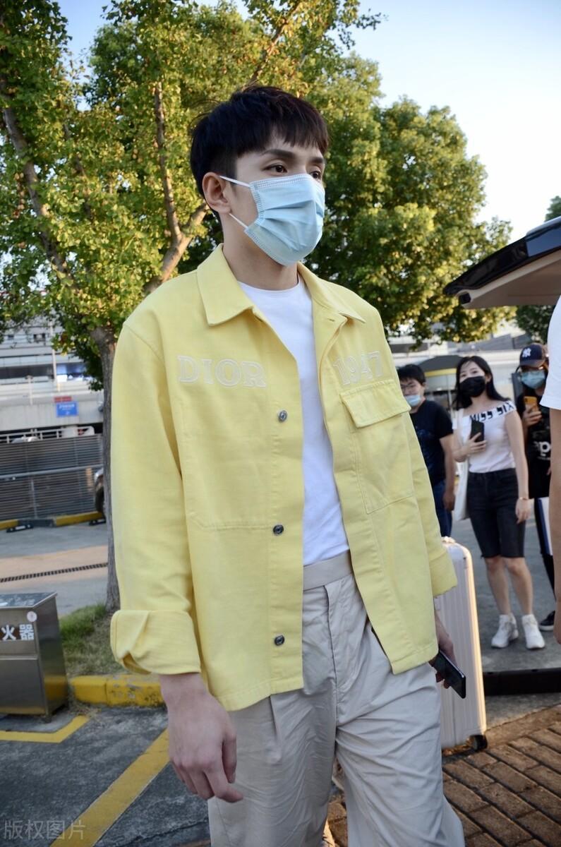 李佳琪穿黄色工装外套搭卡其色裤子,乖乖样子的发型还不大习惯