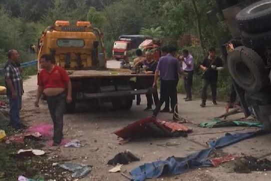 8死11伤!河南发生重大交通事故,运输大蒜车翻车,村民帮忙捡蒜又遭车祸
