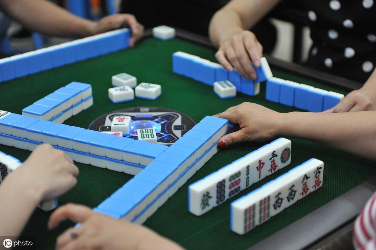 重庆市民组队在游泳池的水下面泡起冰桶打麻将,巴适的很