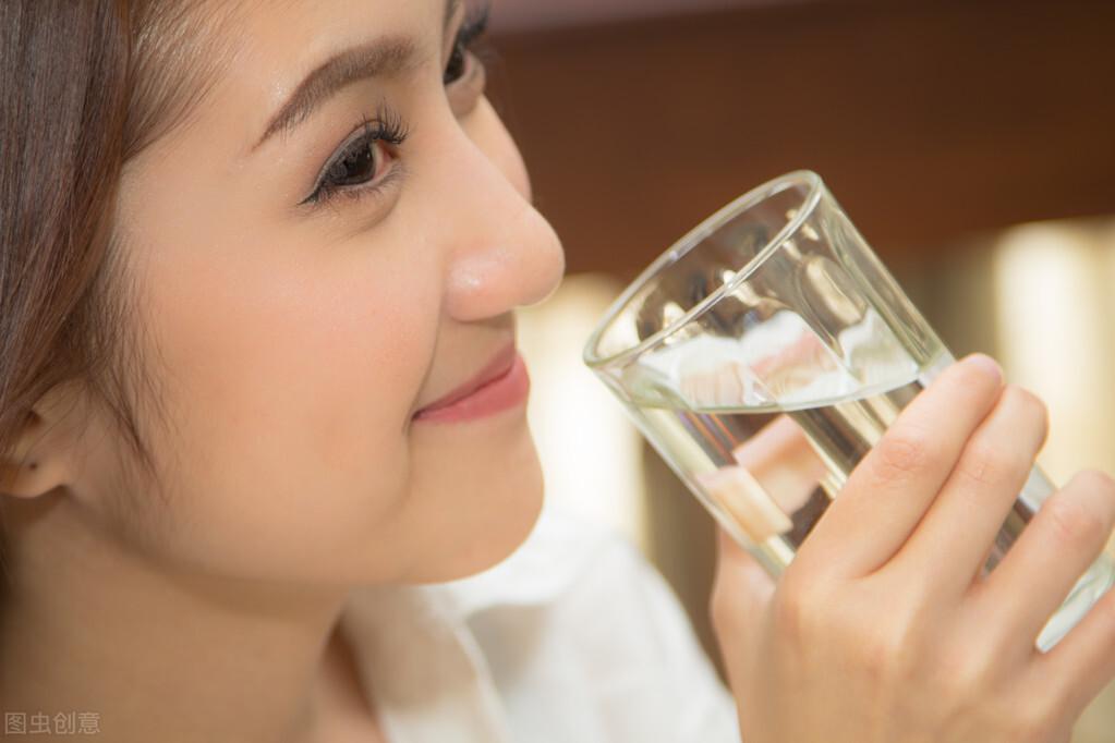 喝水越多尿也越多,多喝水会伤到肾脏吗?每天喝几杯水对身体好