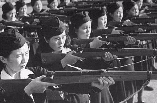 二战时日本女人到底有多疯狂?比日本军人残忍,新婚夜挥刀自尽