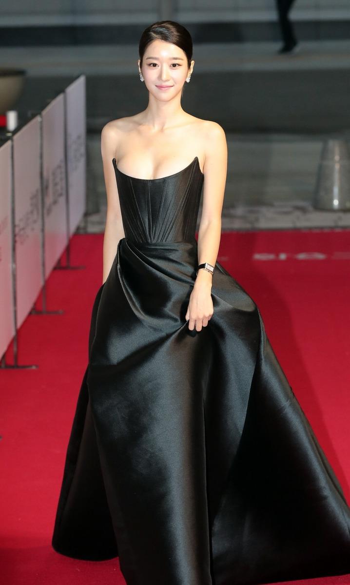 徐睿知低胸开衩长裙太诱人!完美芭比身材如何塑造?