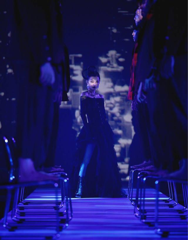 张韶涵珍珠项链经典绝美,舞台造型十分抢眼,当年的她又美回来了