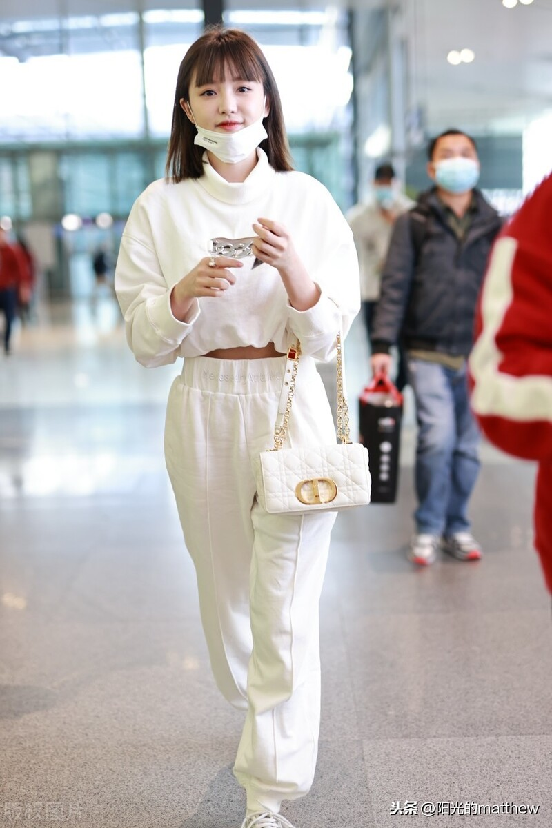 街拍:林小宅一身纯白运动风,挎同色链条包甜美怡人