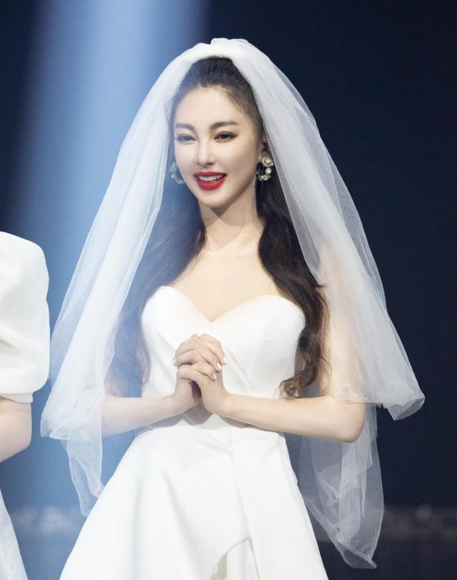 张雨绮白色婚纱惊艳全场,杜华当场称赞并道歉,真的不该小瞧了她
