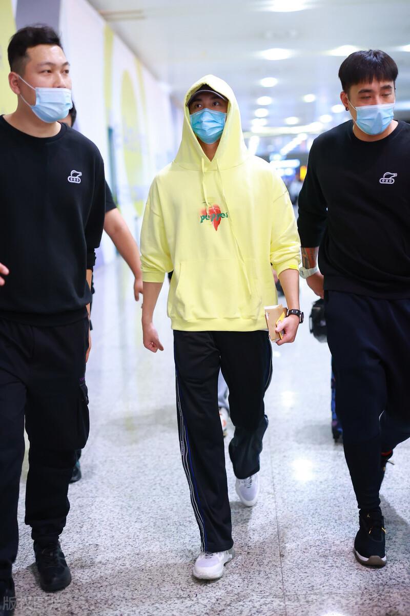 吴磊穿黄色连帽卫衣搭黑色运动裤到达上海,简单穿搭帅气又青春