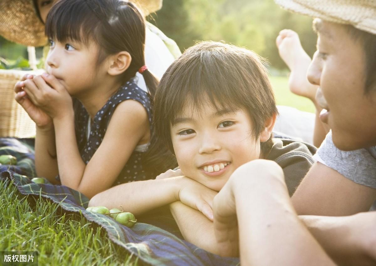 父母监视女儿学习,不懂尊重孩子隐私的父母,终将会耽误孩子