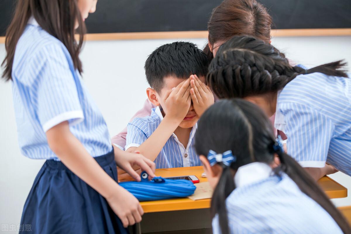 孩子上学忘记带作业,老师拍下鞋子提醒家长,小小举动体现高情商