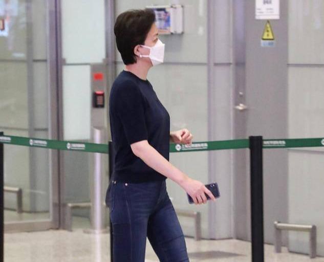 杨澜毫不做作,穿基础款走机场自信优雅,52岁露出小肚腩也不怕
