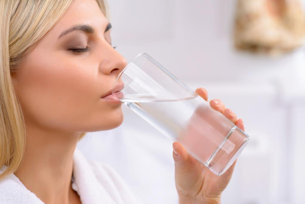 高血压患者喝水有什么讲究?到底是多喝水还是少喝水?