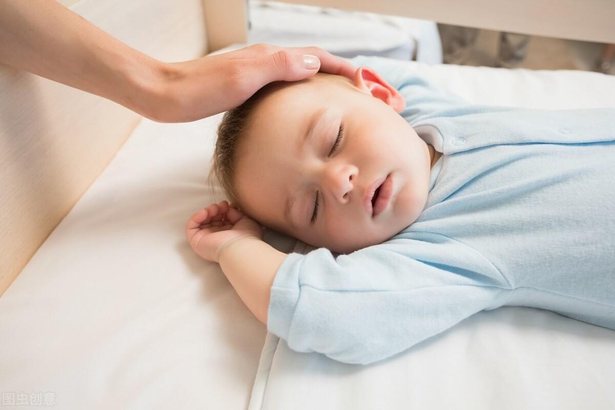 午休时间,孩子躺在床上不愿入睡?父母可用两招培养他的作息习惯