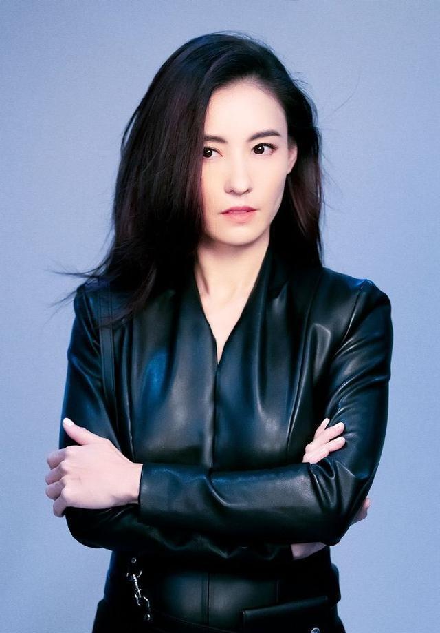 名门泽佳:张柏芝全新大片好飒 一身黑色皮衣造型效果利落又霸气