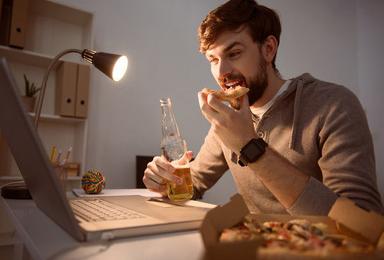 健康养生:晚上加班吃夜宵,这3个健康饮食的原则要牢记