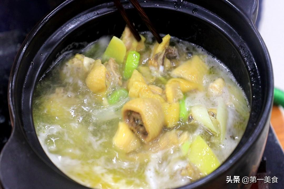 炖鸡汤时,先焯水还是直接炖?教你正确方法,鸡汤鲜嫩好喝没腥味
