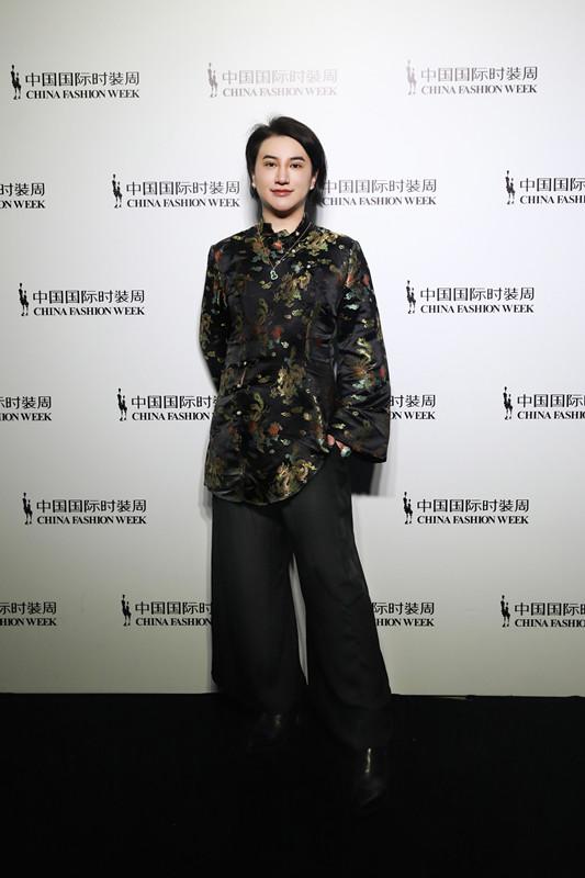 郑善方出席中国国际时装周 携活氣麗领略复古与国风交错之美